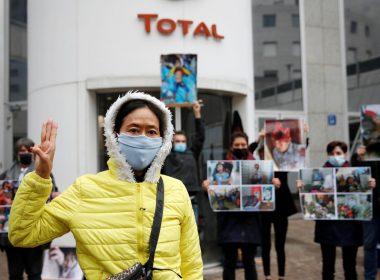 militant devant le siège social de Total Paris
